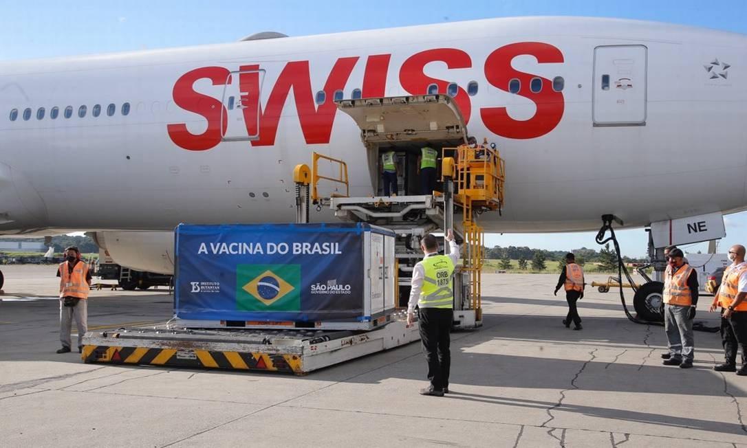 Chega ao Brasil lote com 1,5 milhões de doses da vacina CoronaVac Foto: Edilson Dantas / Agência O Globo