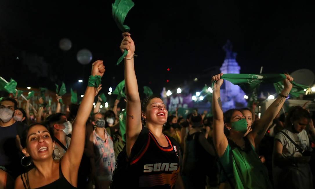 Manifestantes a favor da legalização do aborto depois que o Senado aprovou um projeto de lei, em Buenos Aires, Argentina, dia 30 de dezembro de 2020. Foto: AGUSTIN MARCARIAN / REUTERS