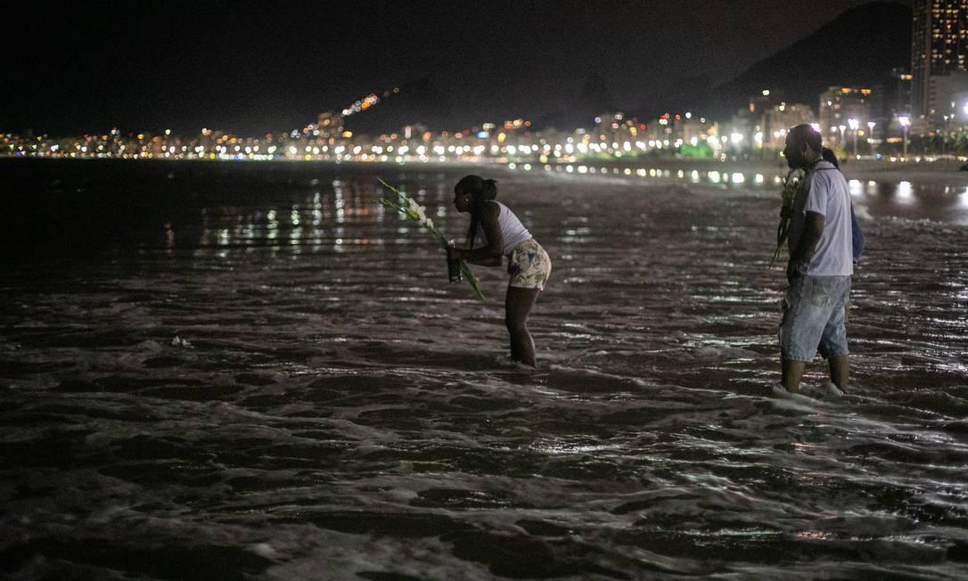 Tradicional oferenda para Iemanjá às vésperas do réveillon na Praia do Leme Foto: Brenno Carvalho / Agência O Globo