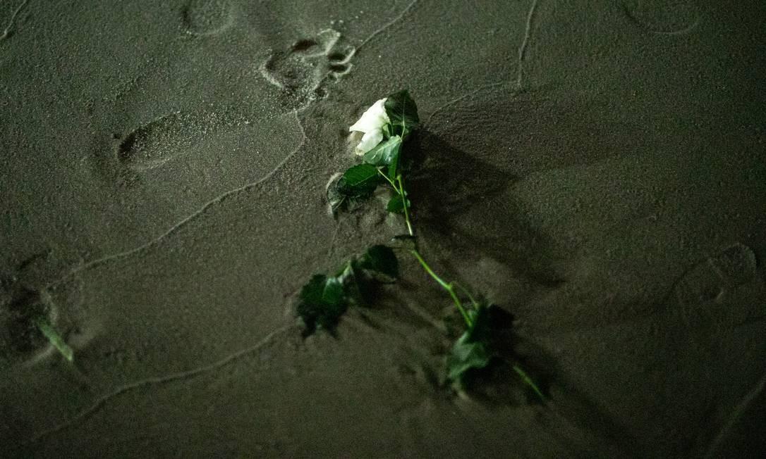 Devotos costumam entregar flores, presentes historicamente associados a uma forma de agradar ao feminino Foto: Brenno Carvalho / Agência O Globo