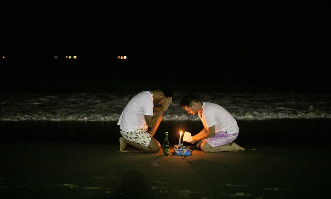 Orações à beira-mar por um ano melhor Foto: Brenno Carvalho / Agência O Globo