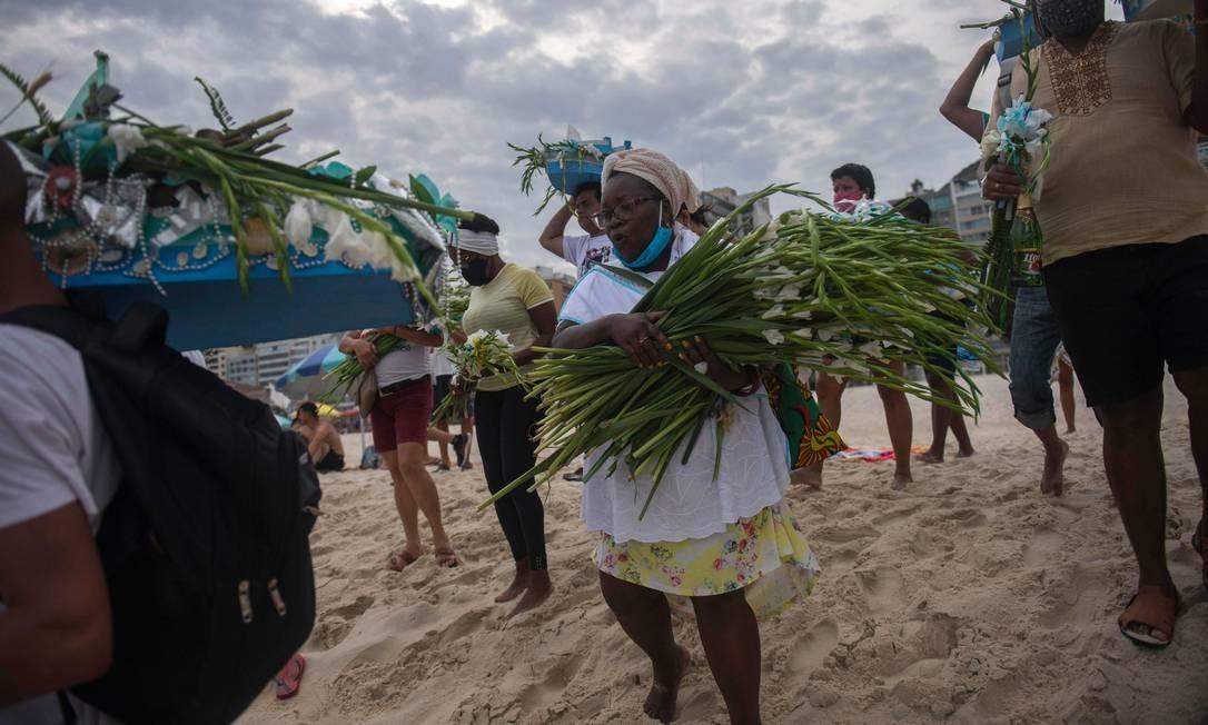 Devotos fazem oferenda de fim de ano para Iemanjá na Praia de Copacabana Foto: MAURO PIMENTEL / AFP