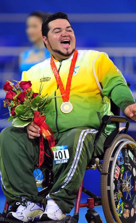 1/04 - Dirceu Pinto, campeão paralímpico de bocha, aos 39, de problemas cardíacos Foto: Frederic J. Brown / AFP