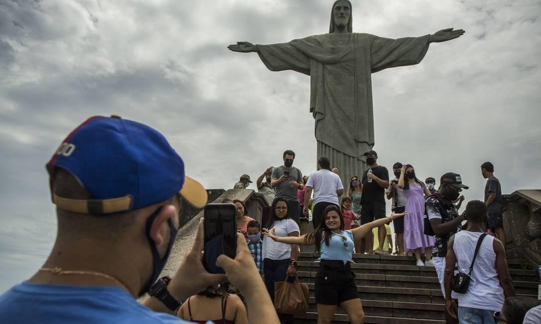 Cristo Redentor ficou cheio de turistas na última semana do ano Foto: Guito Moreto / Agência O Globo