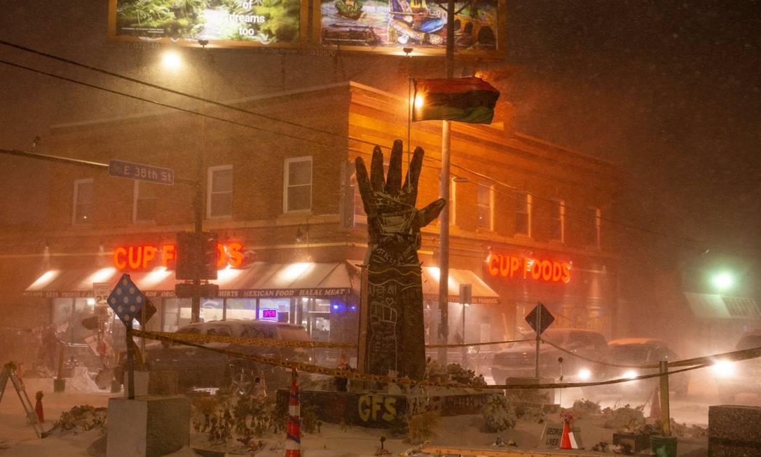 Nevasca cobre a Praça de George Floyd, memorial em homenagem ao homem negro assassinado por um policial branco em 25 de maio de 2020 Foto: Stephen Maturen / AFP