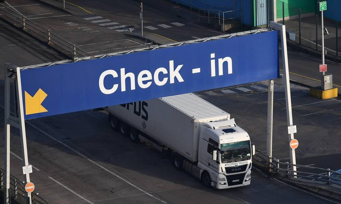 Caminhão passa pelo porto de Dover, no Reino Unido, no dia em que os britânicos concluirão sua saída do mercado comum europeu Foto: JUSTIN TALLIS / AFP