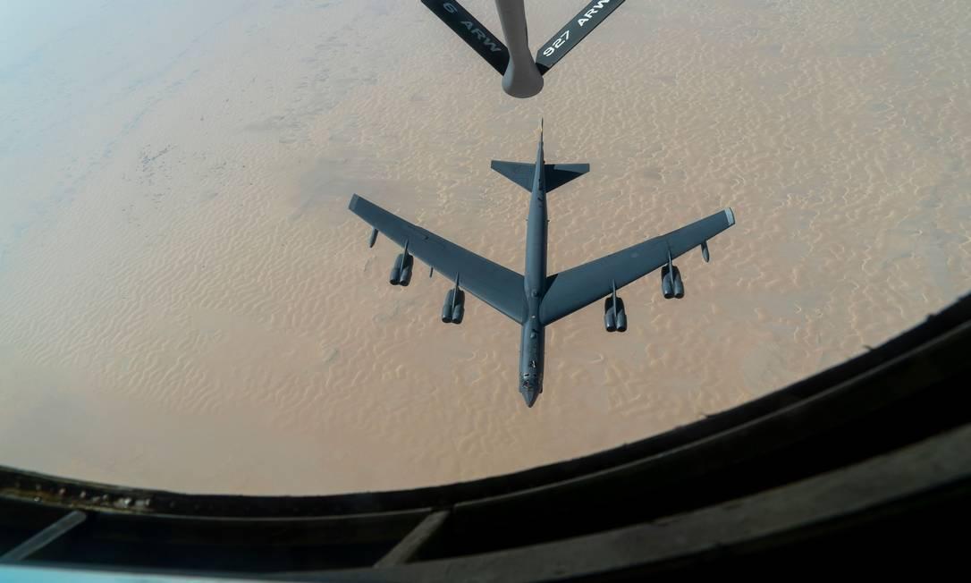 Bombardeiro americano B-52H Stratofortress reabastece durante o voo no dia 30 de dezembro Foto: ROSLYN WARD / AFP