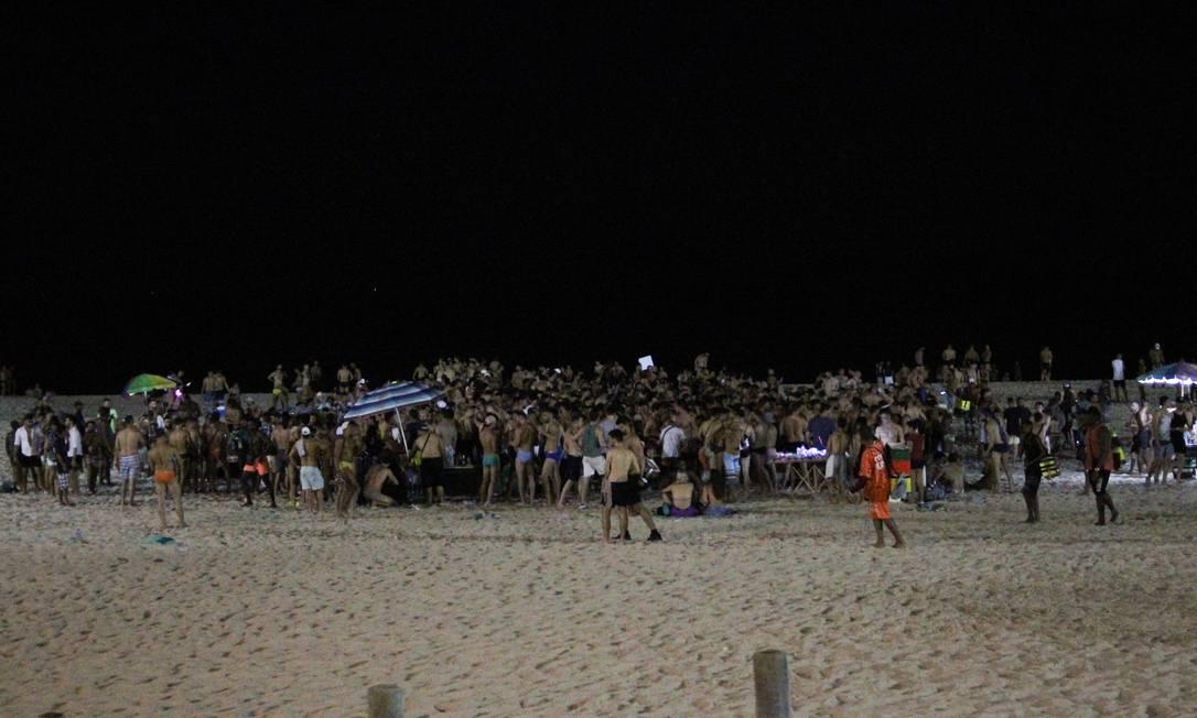 Aglomeração na areia da praia durante pré-réveillon Foto: Joao Gabriel Alves/Enquadrar/Agencia O Globo