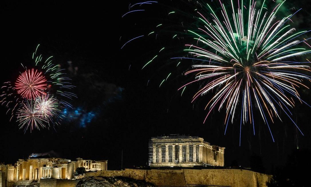 Fogos de artifício explodem sobre a antiga Acrópole em Atenas durante as celebrações do ano novo Foto: LOUISA GOULIAMAKI / AFP