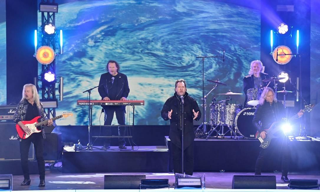 A banda alemã de rock Karat se apresenta em frente ao famoso Portão de Brandenburgo durante o show 'Willkommen 2021' Foto: JOHN MACDOUGALL / AFP