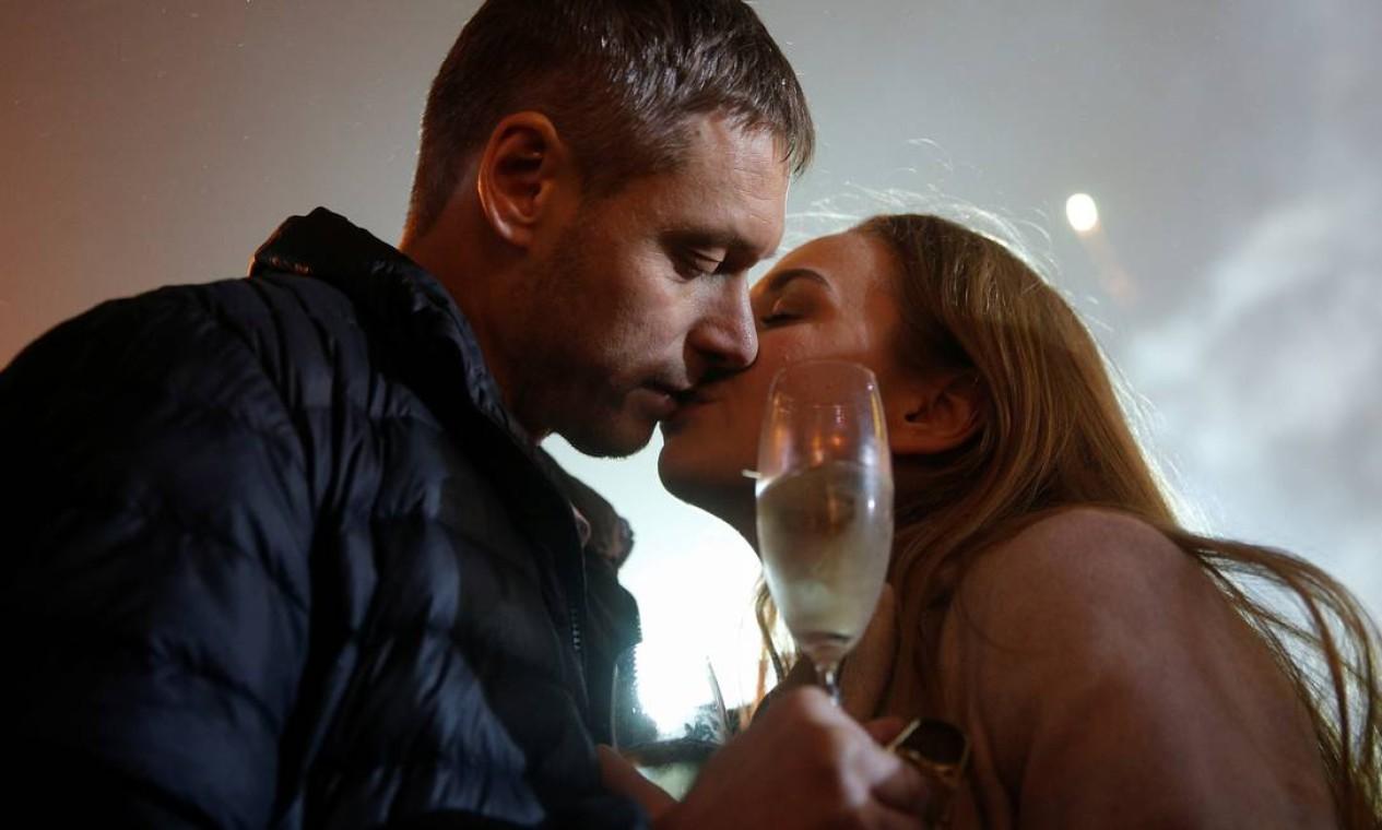 Um casal se beija durante as celebrações do réveillon em Kiev, Ucrânia Foto: VALENTYN OGIRENKO / REUTERS