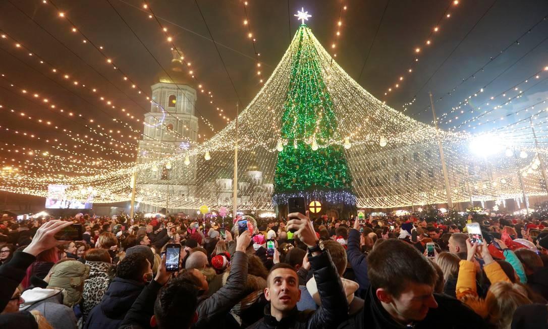 Multidão participa das celebrações da véspera de Ano Novo em Kiev, Ucrânia Foto: VALENTYN OGIRENKO / REUTERS