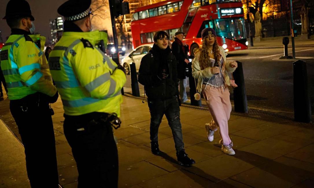 Policiais patrulham a Westminster, em uma Londres quase deserta, na véspera do Ano Novo, enquanto as autoridades da cidade esperam que a determinação para ficar em casa seja obedecida Foto: TOLGA AKMEN / AFP