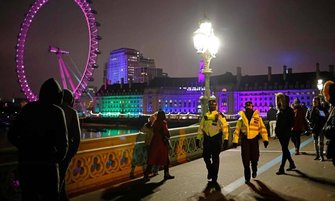 Policiais dispersam as pessoas na ponte de Westminster, em Londres Foto: TOLGA AKMEN / AFP