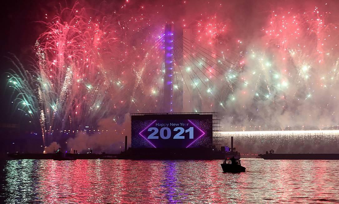 Fogos de artifício explodem sobre a nova ponte pênsil que cruza o rio Nilo e batiza a ponte Tahya Misr (Viva o Egito), durante as celebrações do Ano Novo em meio ao surto de COVID-19, no Cairo, Egito Foto: MOHAMED ABD EL GHANY / REUTERS