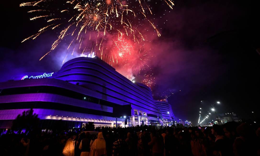 As pessoas assistem a fogos de artifício durante as celebrações do Ano Novo em Rawalpindi, no Paquistão Foto: AAMIR QURESHI / AFP