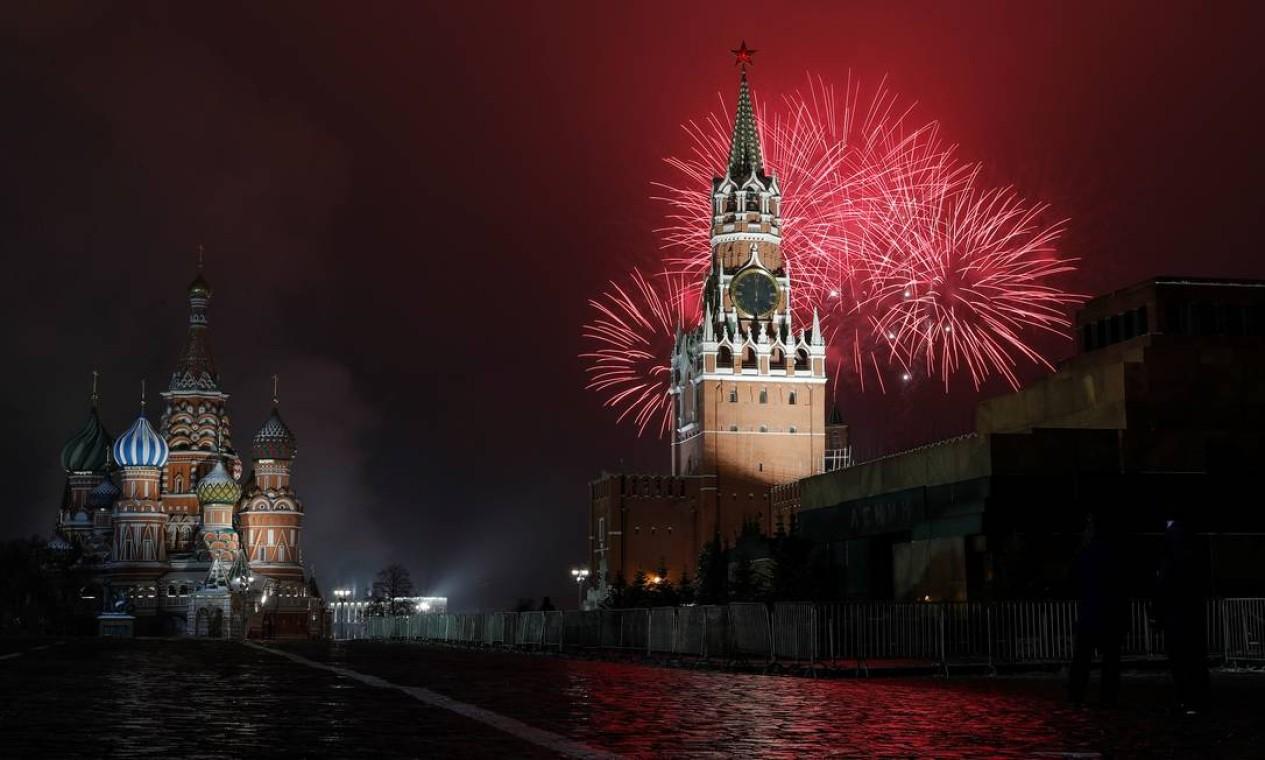 Fogos de artifício explodem atrás da Torre Spasskaya do Kremlin, perto da Catedral de São Basílio, durante as celebrações do Dia de Ano Novo em Moscou Foto: EVGENIA NOVOZHENINA / REUTERS