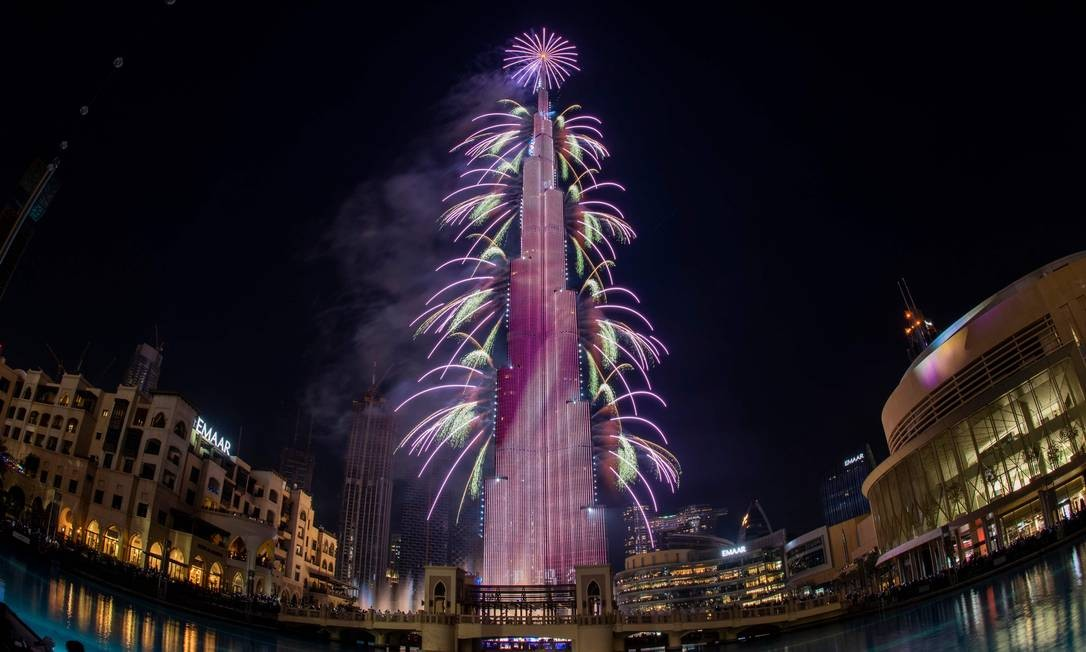 Fogos de artifício explodem na torre Burj Khalifah, em Dubai, durante as celebrações da véspera de ano novo Foto: - / AFP