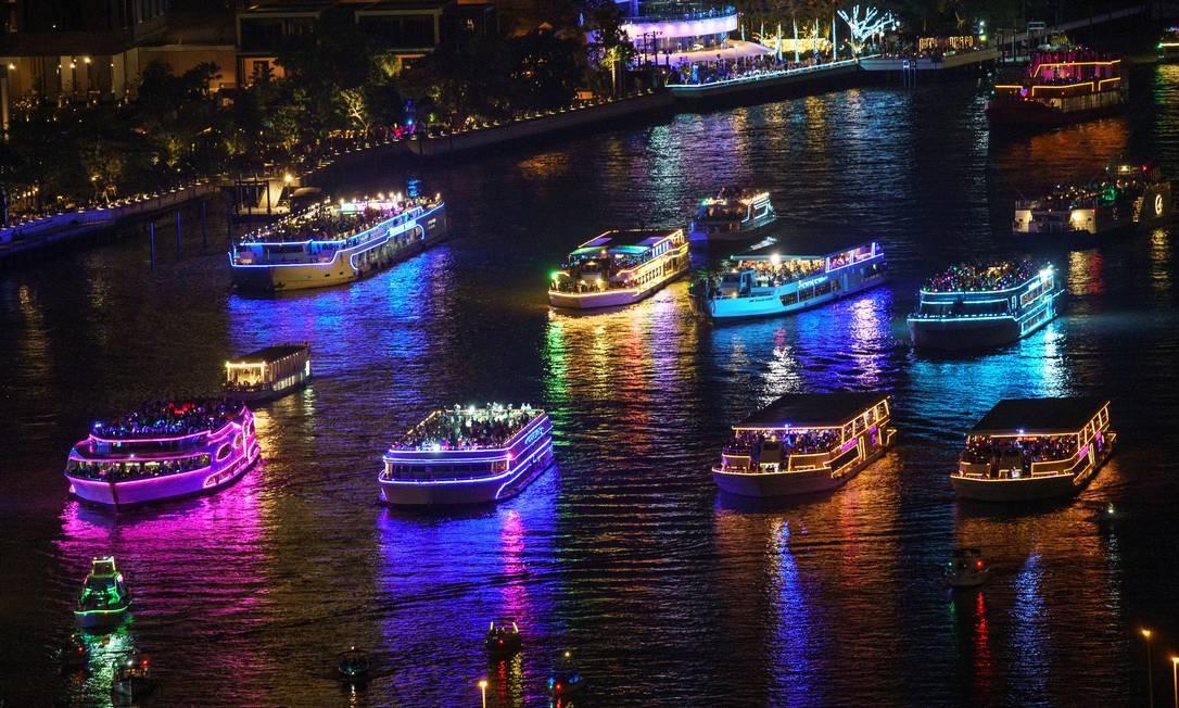 Barcos turísticos aguardam o início dos fogos de artifício do Ano Novo no rio Chao Phraya em meio à disseminação da COVID-19 em Bangcoc, Tailândia Foto: ATHIT PERAWONGMETHA / REUTERS