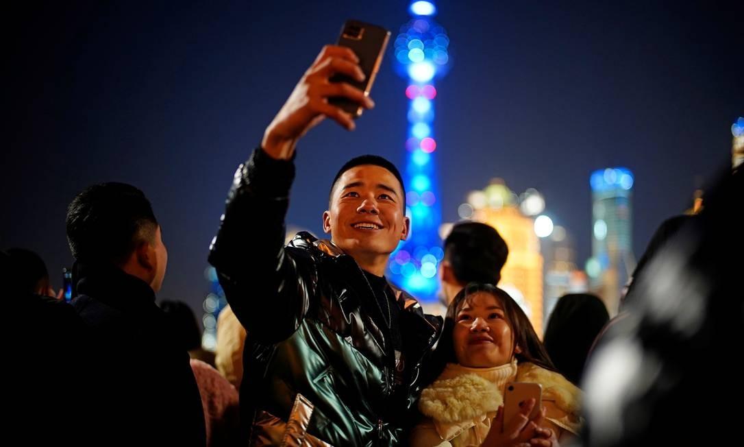 pessoas se reúnem para celebrar a chegada do Ano Novo perto do Bund durante o surto da doença coronavírus (COVID-19) em Xangai, China Foto: ALY SONG / REUTERS