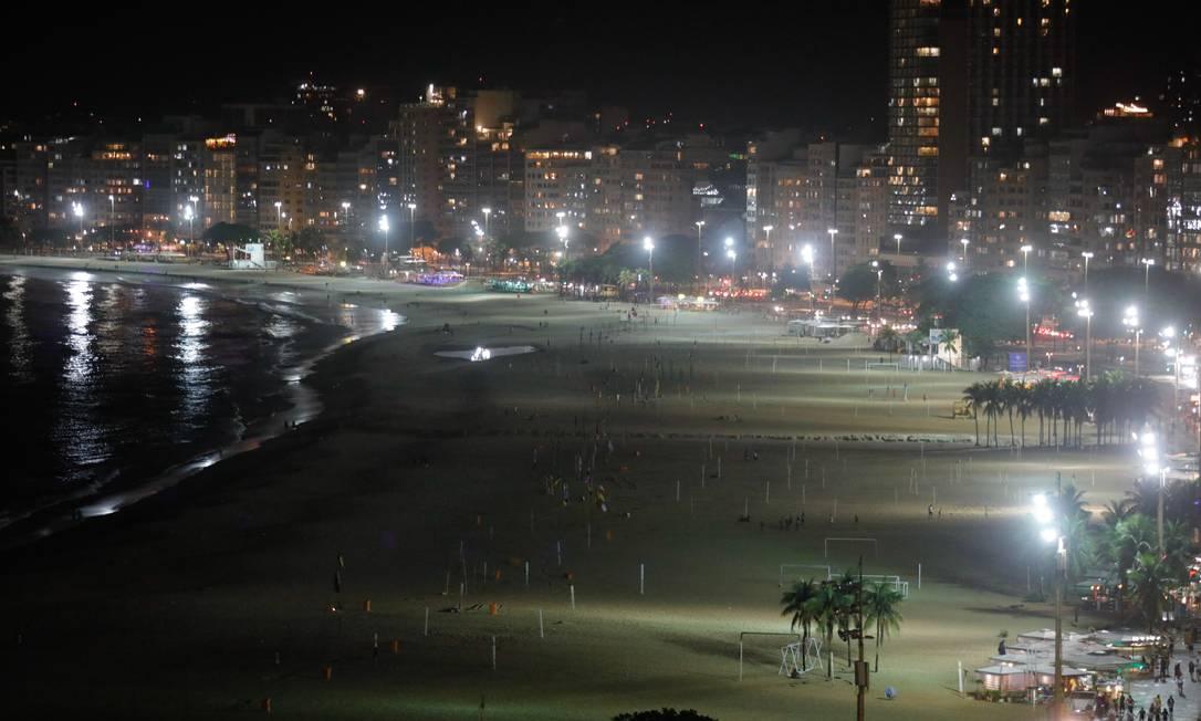 Sem palco, sem shows, sem fogos, praia de Copacabana fica vazia na noite de réveillon Foto: Brenno Carvalho / Agência O Globo - 31/12/2020
