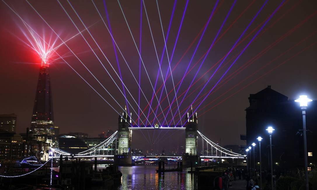 Um show de luzes é visto na Tower Bridge no ano novo, em Londres Foto: SIMON DAWSON / REUTERS