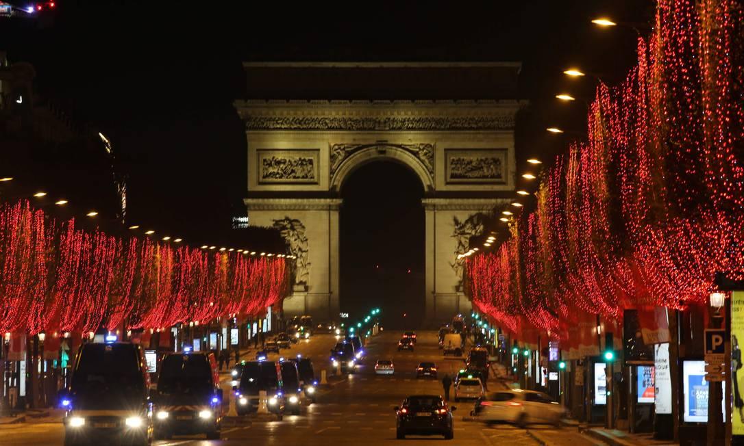 A avenida Champs-Élysées, em Paris, na França, durante a noite de ano novo Foto: Alberto Pizzoli / AFP