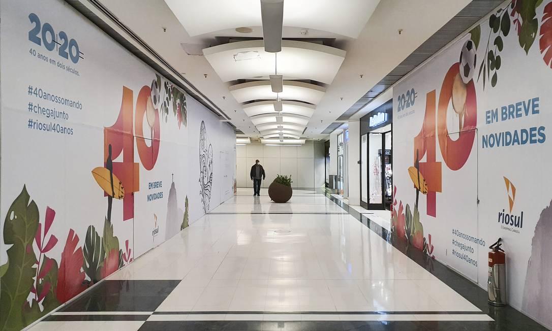 Shoppings tiveram movimento fraco no Natal de 2020, com queda de 12% nas vendas. Durante o ano, lojas fecharam devido às restrições da quarentena Foto: Leo Martins / Agência O Globo