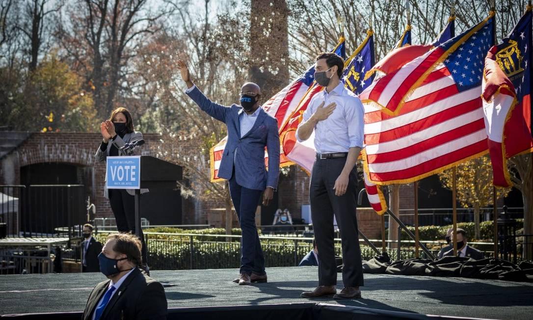 Kamala Harris, vice-presidente eleita dos EUA, faz campanha ao lado do reverendo Raphael Warnock (centro) e de Jon Ossoff, durante comício em Columbus, na Geórgia Foto: AUDRA MELTON / NYT/21-12-2020