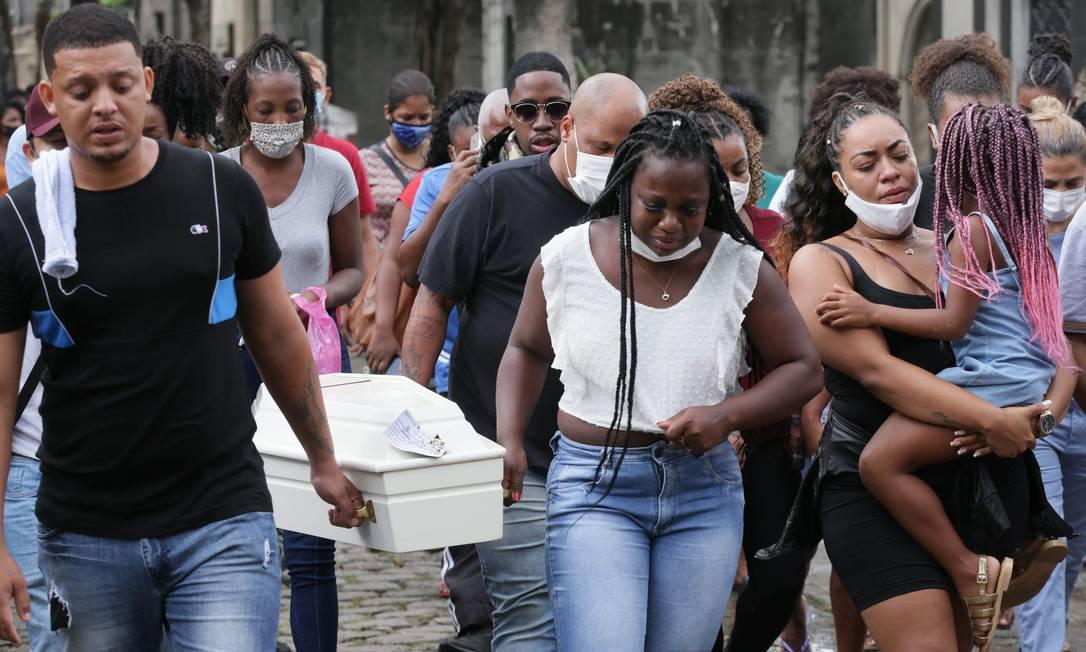 Familiares e amigos acompanham o enterro de Alice Pamplona da Silva de Souza, de 5 anos Foto: Cléber Júnior / Agência O Globo