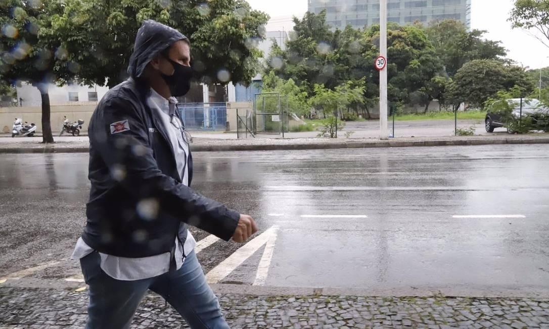 Paes vai andando debaixo de chuva para o Centro de Operações Foto: Betha Santos / Divulgação
