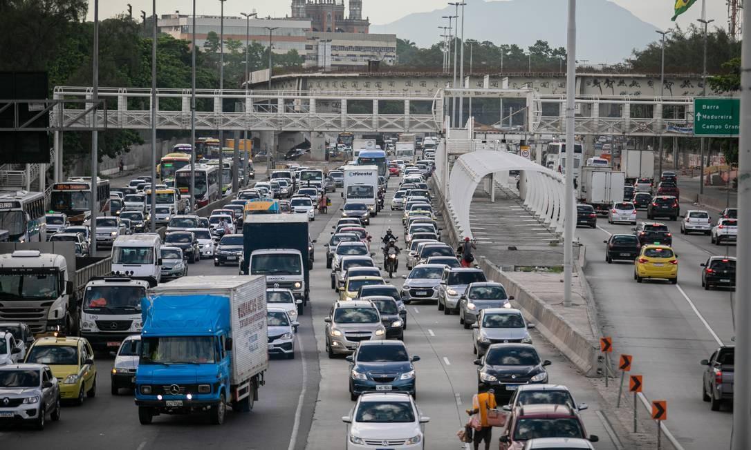 Trânsito na Aveninda Brasil: países como Reino Unido e Japão já estabeleceram metas para fim da comercialização de carros a gasolina Foto: Brenno Carvalho / Agência O Globo