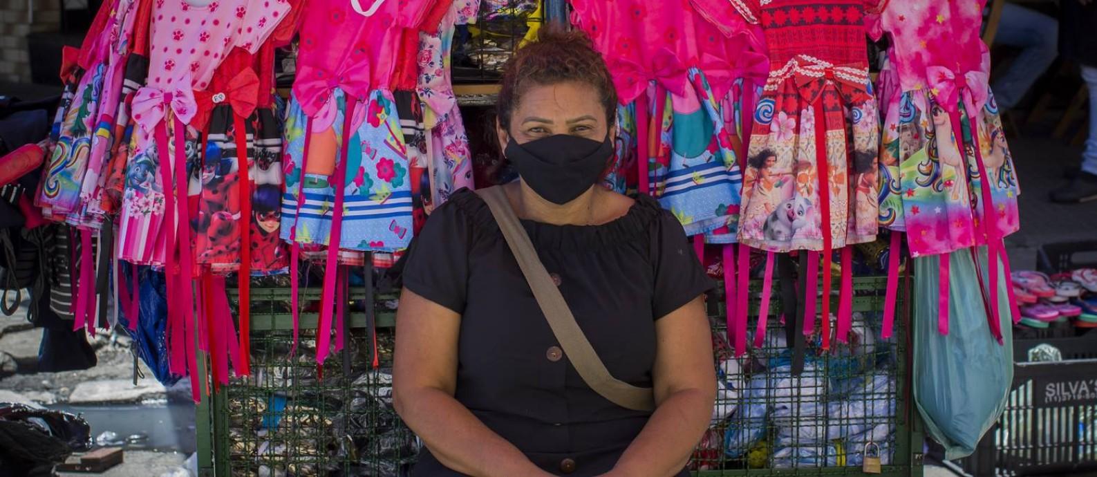 Margarida Ramos vende fantasias infantis no centro de São Paulo e, aos 52 anos, apesar da pandemia e dos riscos de contágio, ela continua montando sua barraca em uma das regiões mais tradicionais do comércio ambulante na cidade. Foto: Edilson Dantas / Agência O Globo
