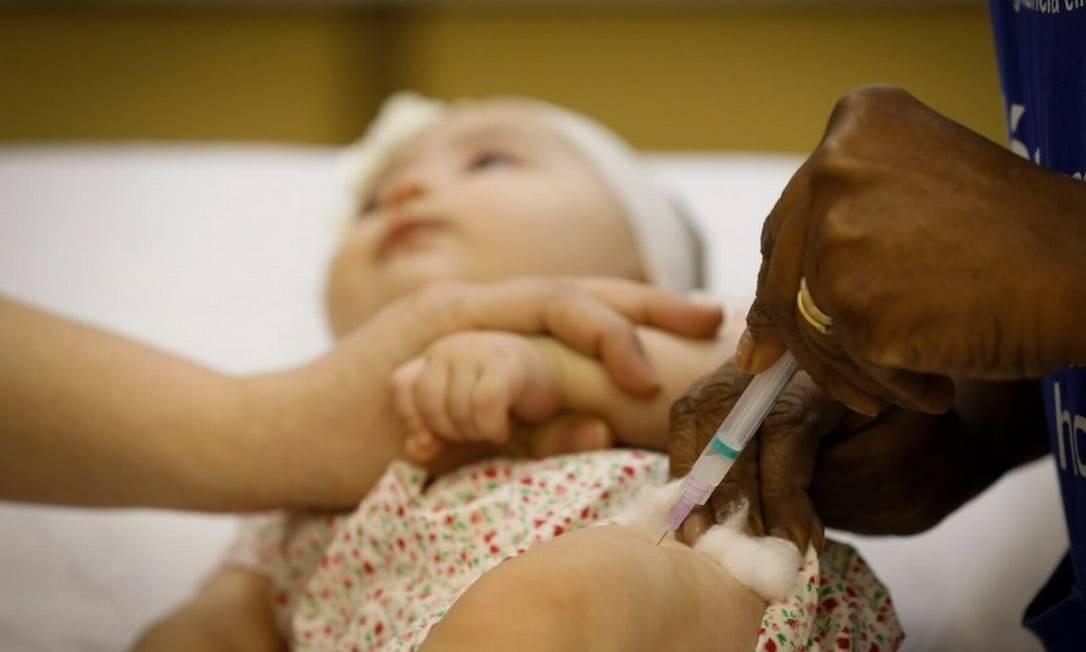 Bebê toma vacina para sarampo: metade das 15 vacinas do calendário infantil não alcança a meta desde 2015, inviabilizando planos que impeçam retorno de doenças já 'esquecidas' Foto: PABLO JACOB/5-7-2018