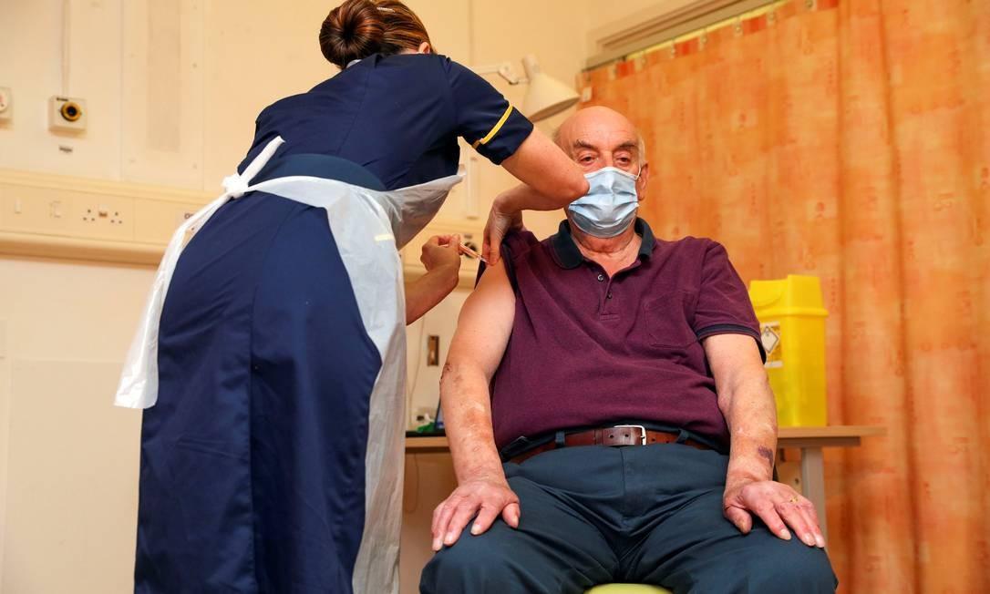 O aposentado Brian Pinker, de 82 anos, foi o primeiro britânico a receber dose da vacina da AstraZeneca/Oxford nesta segunda-feira (4) Foto: POOL / REUTERS