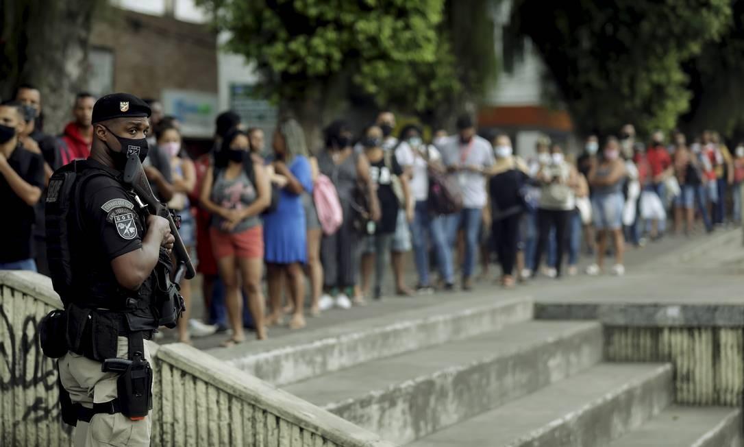 Passageiros precisam enfrentar longas filas para embarcar no BRT Santa Cruz Foto: Gabriel de Paiva / Agência O Globo
