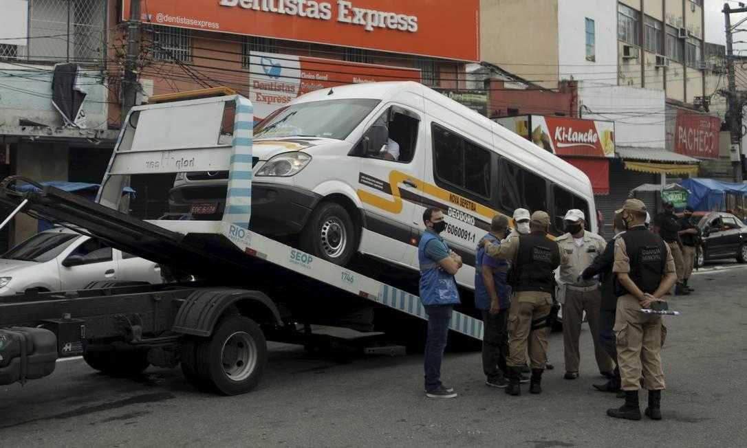 Guarda Municipal remove veículo de transporte alternativo Foto: Gabriel de Paiva / Agência O Globo