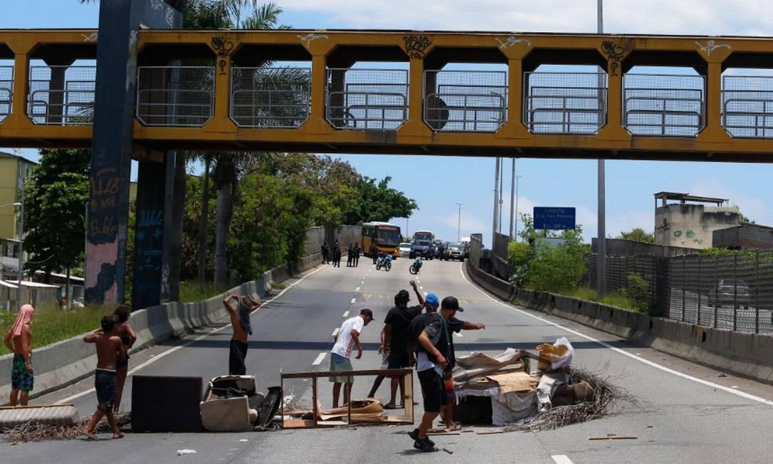 Moradores da Cidade de Deus bloqueiam Linha Amarela com barricada Foto: Fabiano Rocha / Agência O Globo