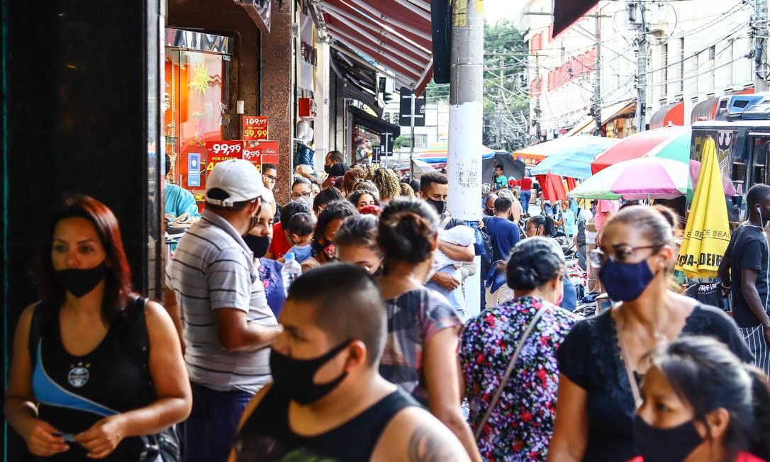 Movimentação de pessoas na região do Brás, em São Paulo, em meio à pandemia da Covid-19 Foto: Peraphotopress / Agência O Globo