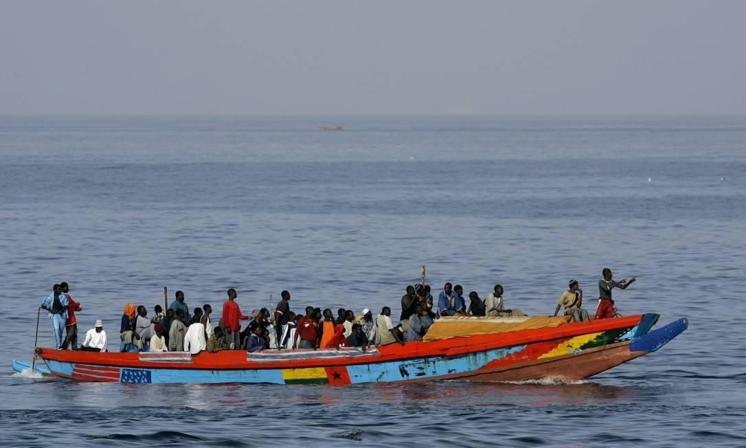 Setenta e três imigrantes chegam em um barco no porto de Los Cristianos, nas Ilhas Canárias de Tenerife, na Espanha Foto: Jasper Juinen / AP Photo/06-09-2006