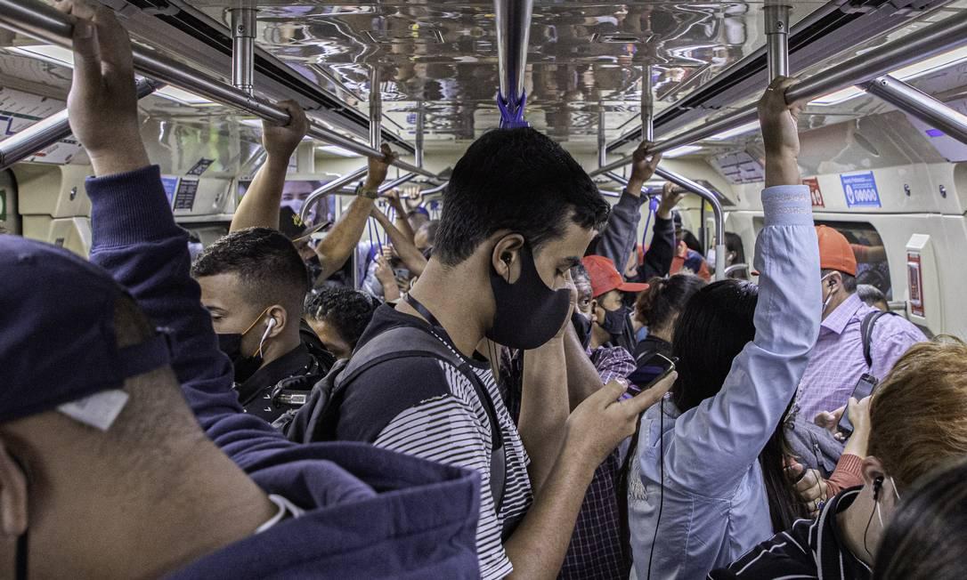 Vagão da linha 1 azul do metrô de São Paulo lotado na manhã desta segunda-feira, dia 04, primeiro dia útil de 2021. Foto: Bruno Rocha/Fotoarena / Agência O Globo