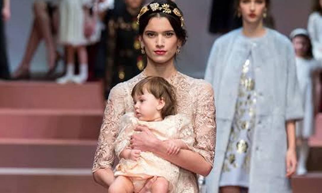 A modelo Eloísa Fontes com a filha em desfile de uma grife internacional Foto: Reprodução