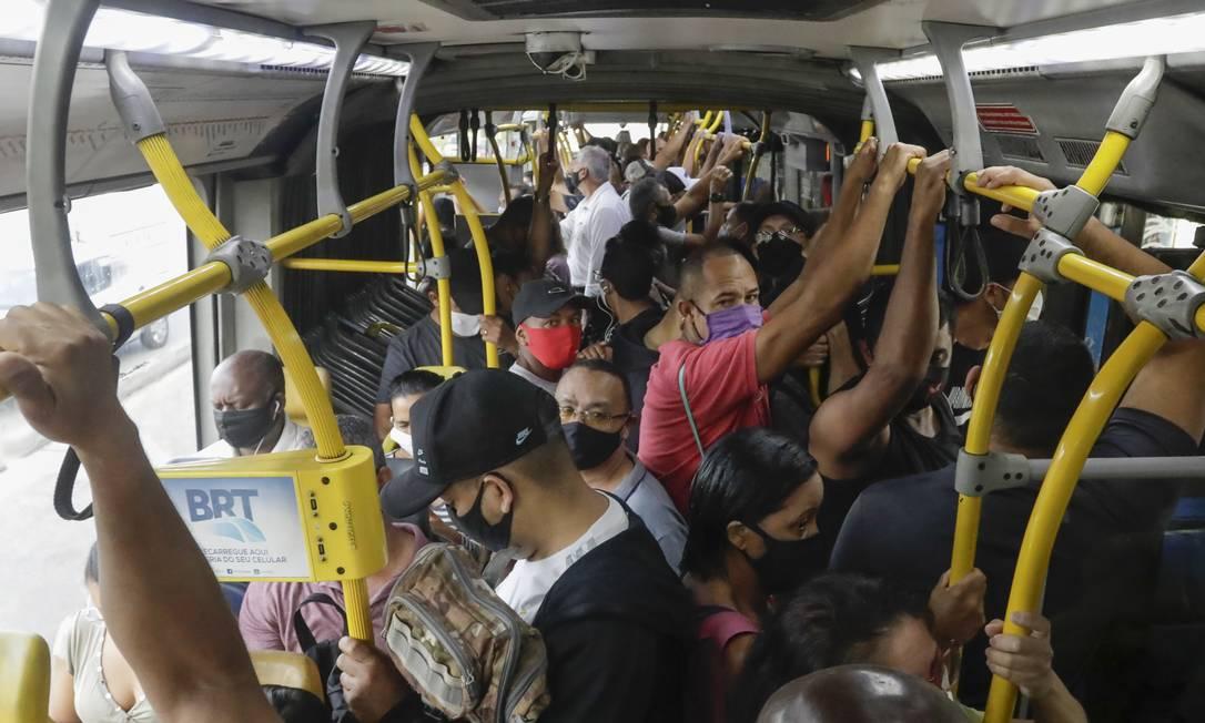 BRT no Rio de Janeiro, estação do Mato Alto, em Guaratiba, durante pandemia da Covid-19, dia 5 de janeiro de 2021. Foto: Gabriel de Paiva / Agência O Globo