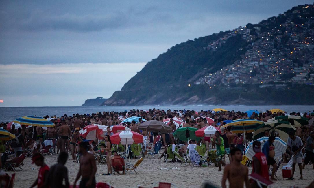 Mesmo sem tempo de céu aberto, praia de Ipanema ficou lotada no primeiro dia útil de 2021 Foto: Hermes de Paula / Agência O Globo