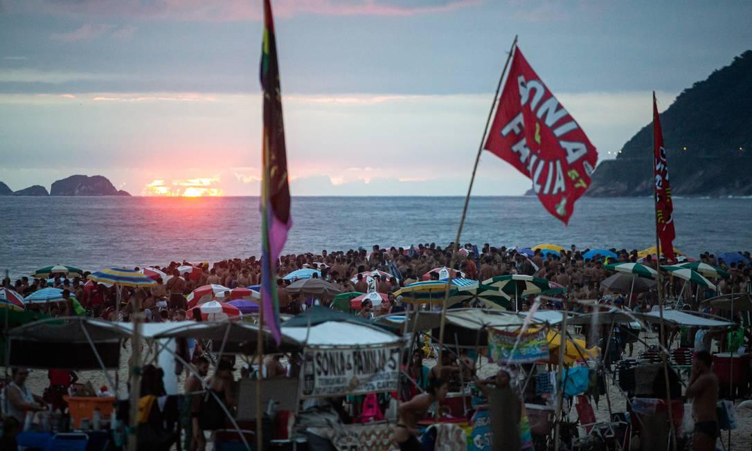 Aglomeração diante do por do sol com céu nublado Foto: Hermes de Paula / Agência O Globo