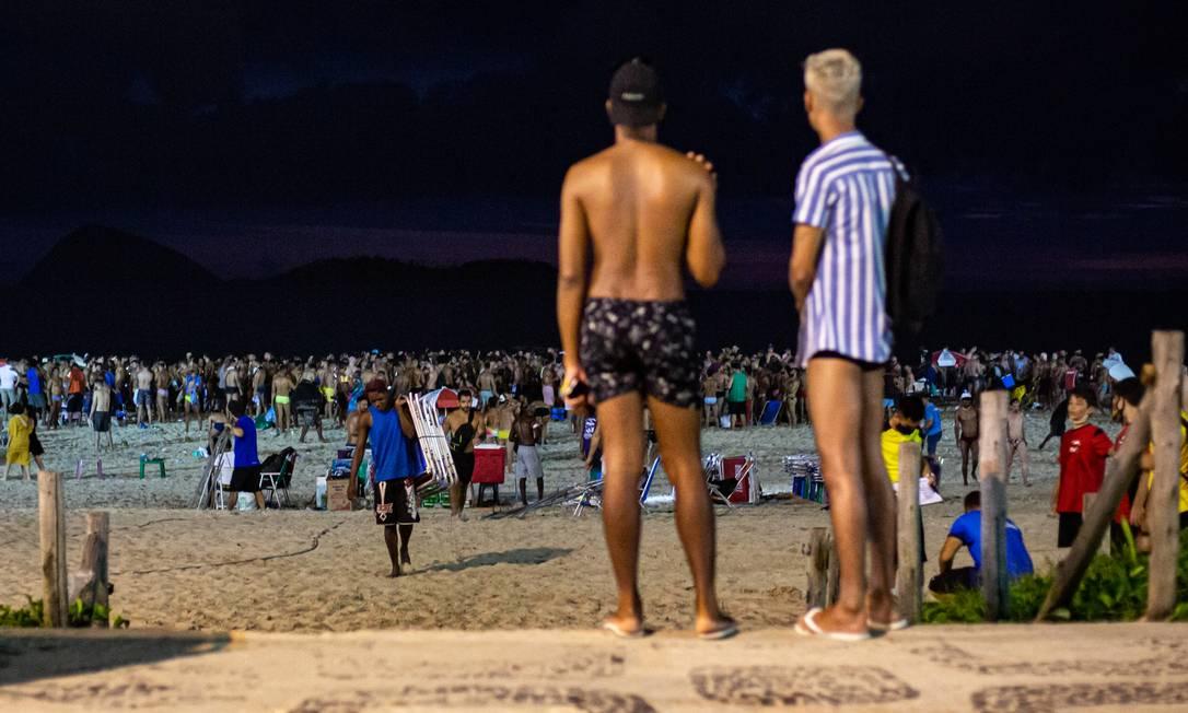 A noite entra, mas as pessoas não saem da praia de Ipanema Foto: Hermes de Paula / Agência O Globo