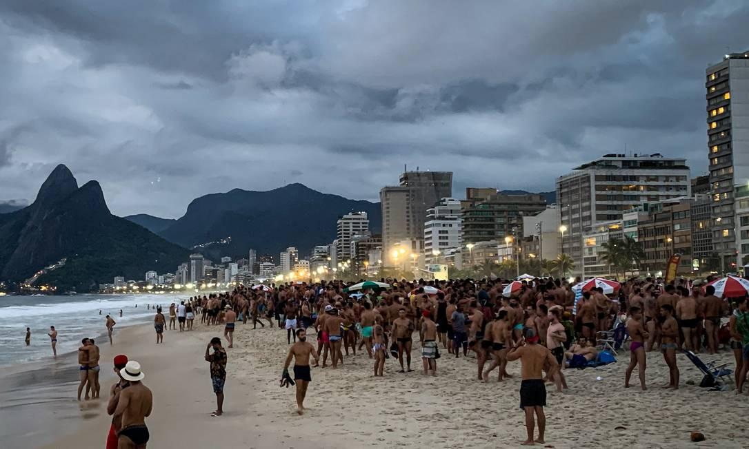 Aglomeração mais intensa aconteceu na altura da Rua Farme de Amoedo, posto 8 Foto: Hermes de Paula / Agência O Globo