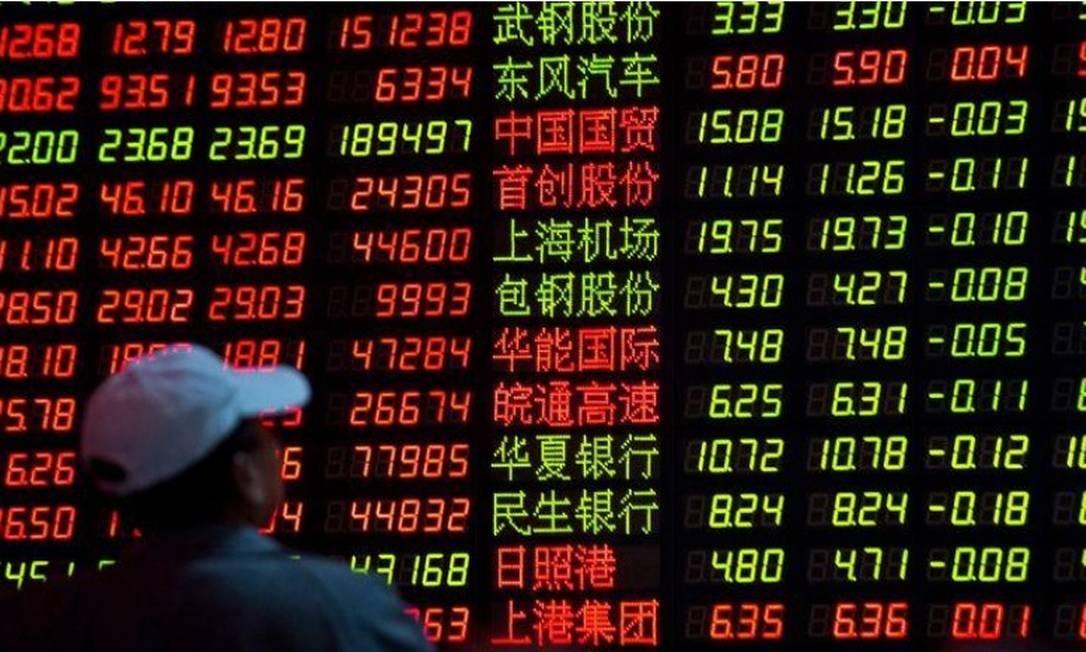 Painel eletrônico com cotações de ações em corretora de Xangai, na China Foto: Reuters