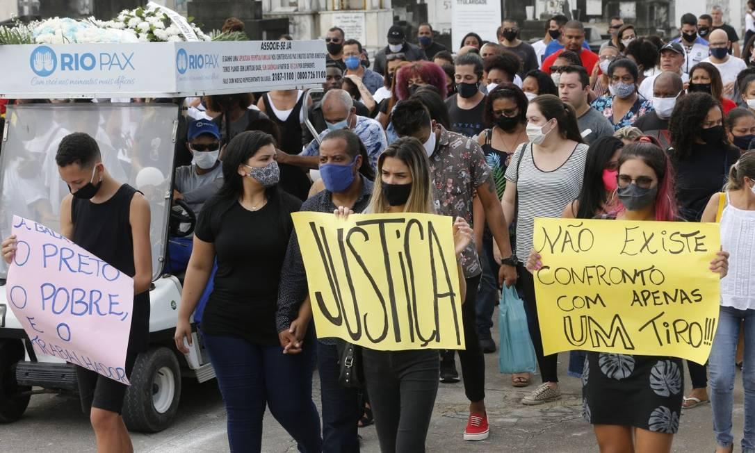 Parentes e amigos protestaram contra a PM durante enterro e pediram justiça: 'Não existe confronto com apenas um tiro' Foto: Roberto Moreyra / Agência O Globo