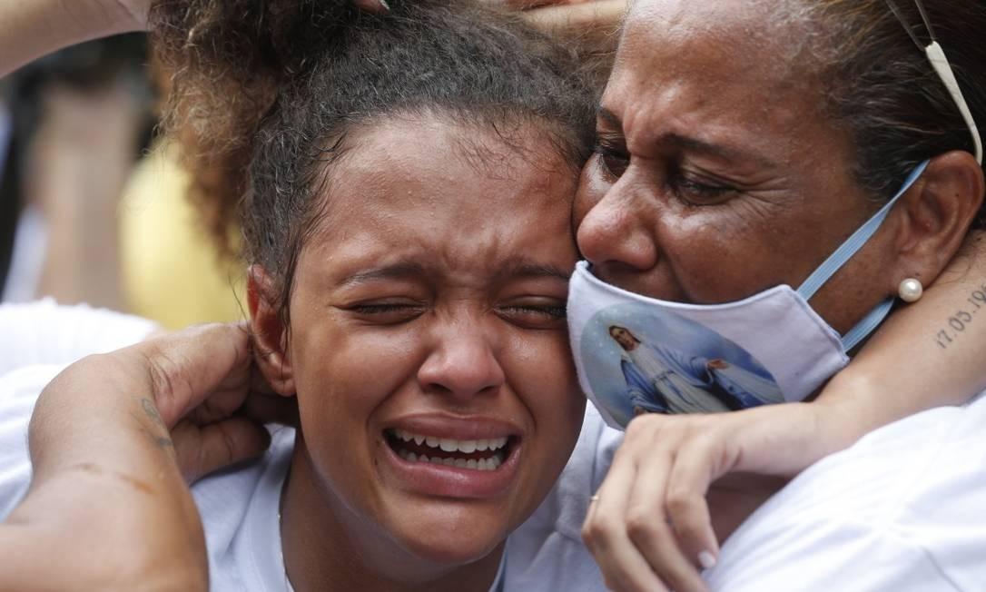 A emoção da filha de Marcelo, Vitória, de 19 anos, no adeus ao pai: 'Olha o que fizeram com meu pai. Ele não era bandido!' Foto: Roberto Moreyra / Agência O Globo